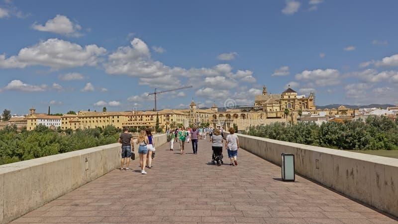 Fromt de la visión el puente romano en la ciudad y la catedral de Córdoba foto de archivo libre de regalías