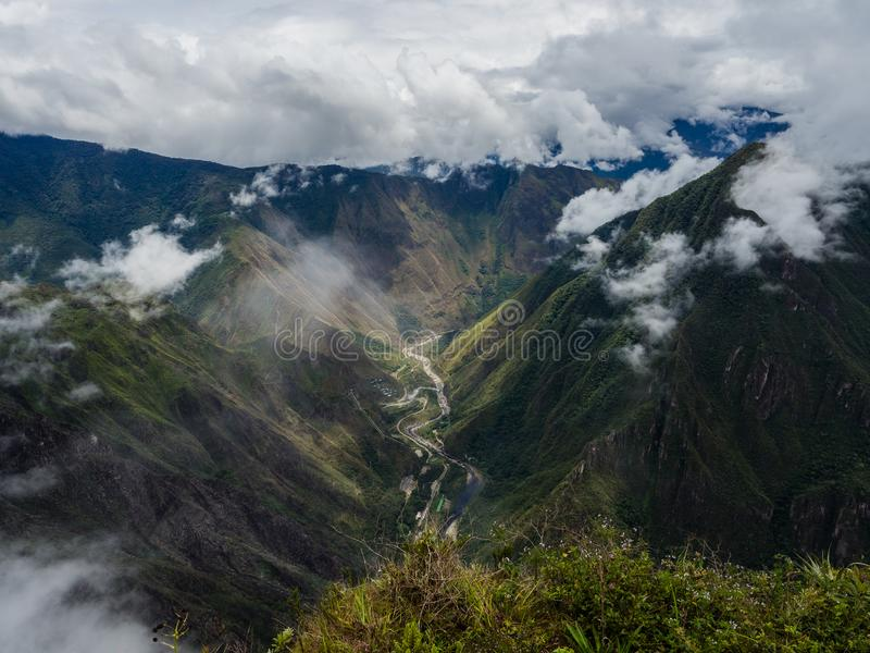 Fron da vista panorâmica a parte superior da montanha de Machu Picchu, o rio foto de stock