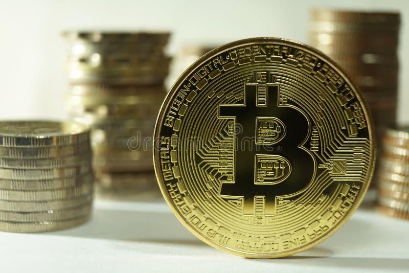 Frond strona bitcoin metalu żeton z innymi różnymi monet stertami zdjęcia royalty free