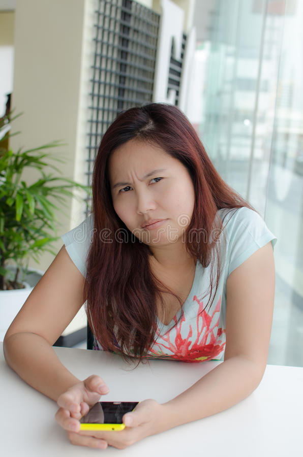 Fronsende Aziatische vrouw stock foto