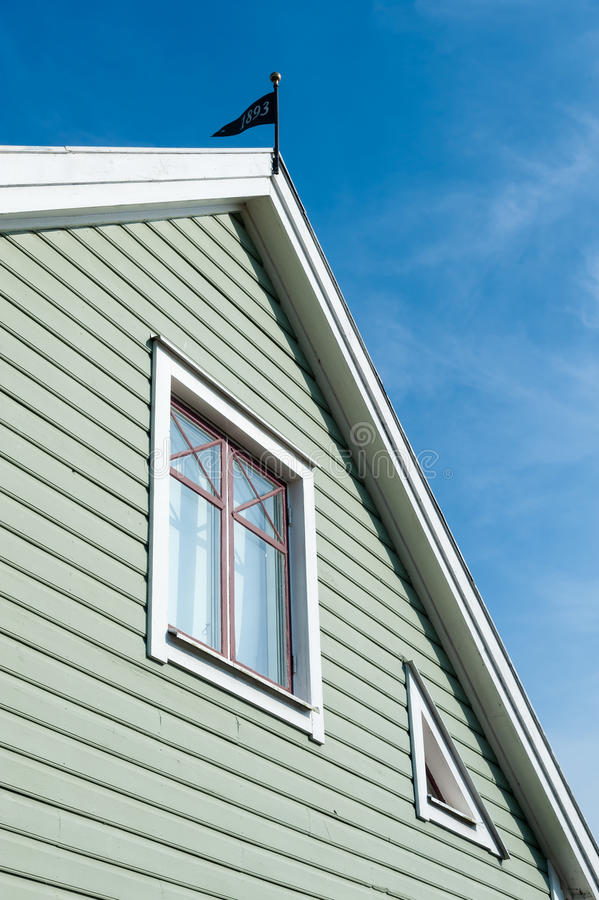 Frontão de uma casa de madeira do swedsih fotografia de stock