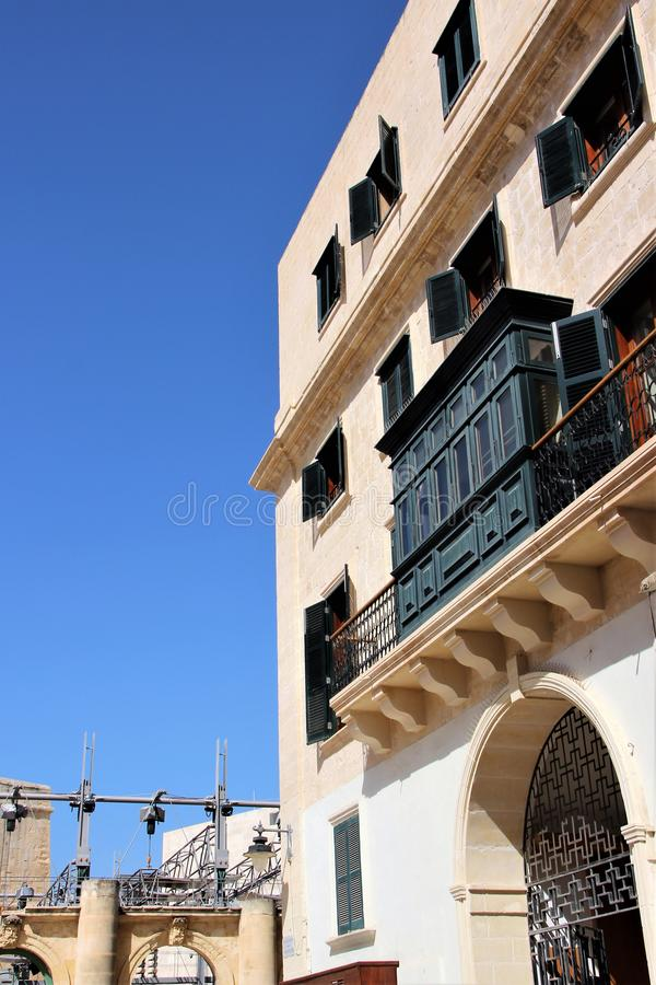 Frontão de uma construção residencial moderna em Malta com respeito para tradições históricas fotografia de stock