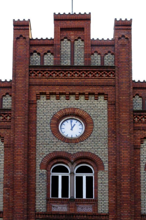 Frontão gótico com torre de pulso de disparo foto de stock royalty free