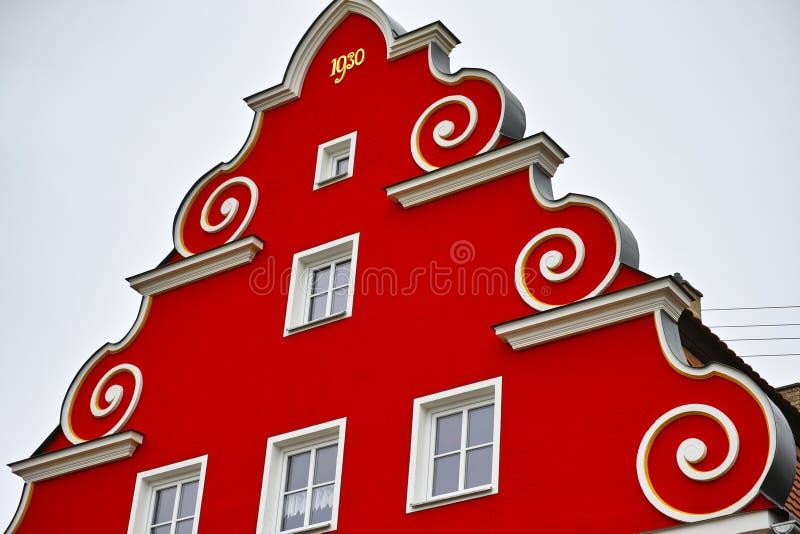 Frontão vermelho do telhado piramidal fotografia de stock royalty free