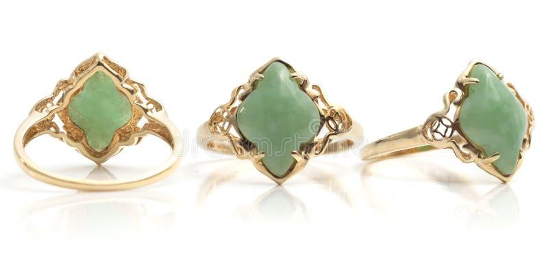 Front Back e ideia lateral do ouro e do anel das mulheres verdes lustradas de pedra preciosa fotos de stock royalty free