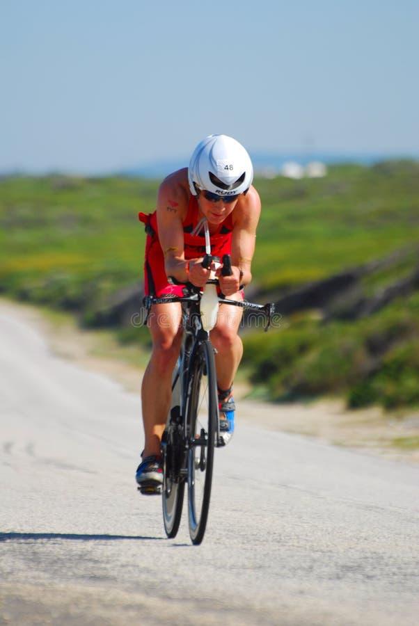 Yrkesmässigt kvinnligt cykla för Ironman triathlete arkivbild
