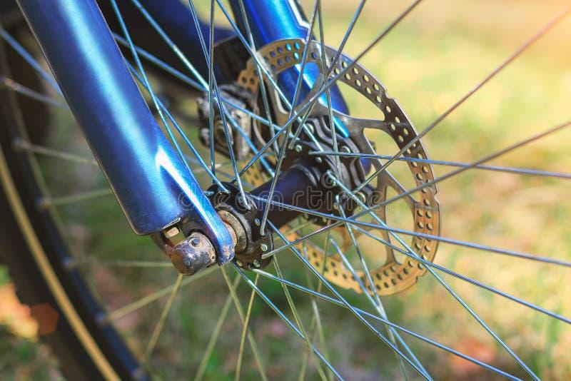 Front Bicycle-wiel op groen grasclose-up als achtergrond royalty-vrije stock foto