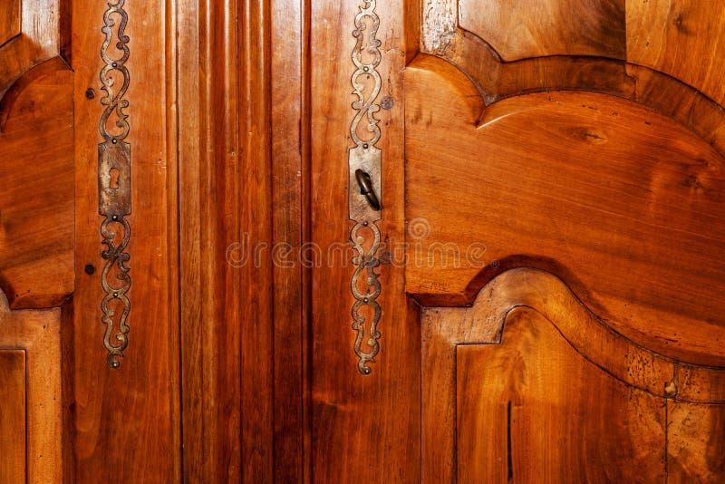 Front der Tür eines alten hölzernen Kabinetts lizenzfreies stockfoto