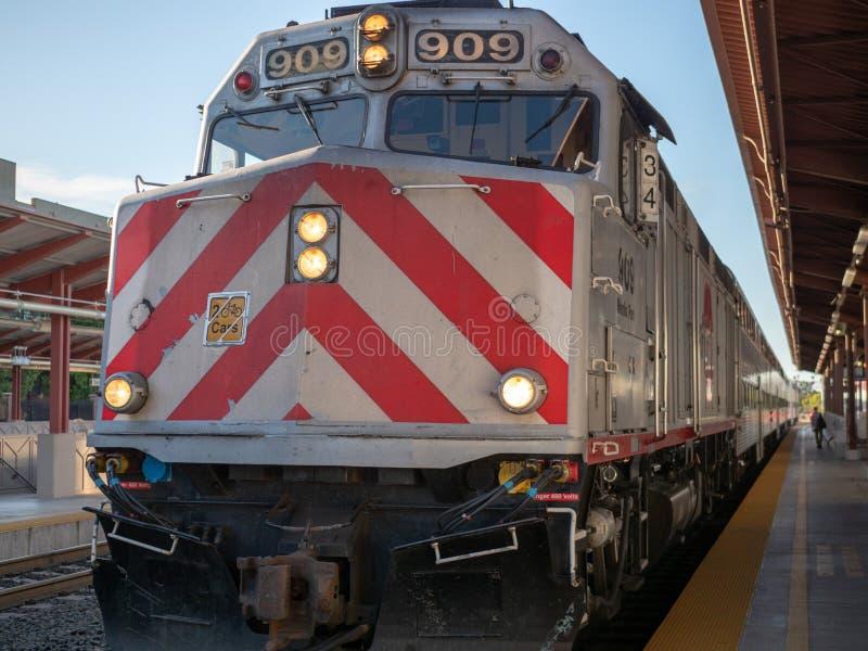 Front des großen sich fortbewegenden Zugs, der zu Station im Freien kommt, flechten lizenzfreies stockfoto