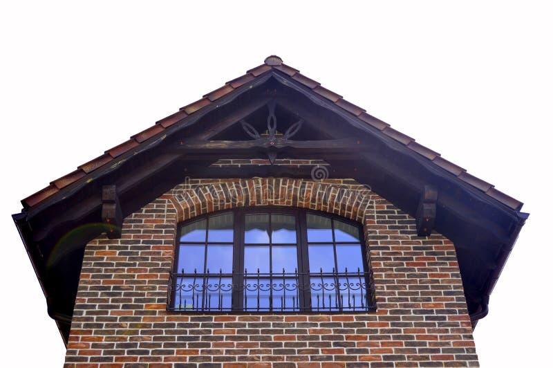 Front des Hauses, das Dach gegen den Himmel lizenzfreies stockfoto