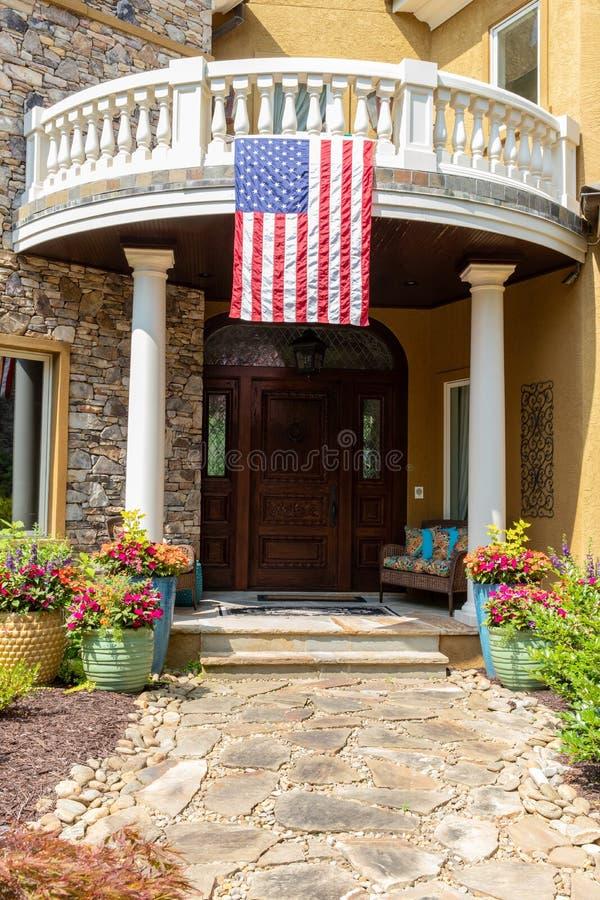Front Door da casa com bandeira americana foto de stock