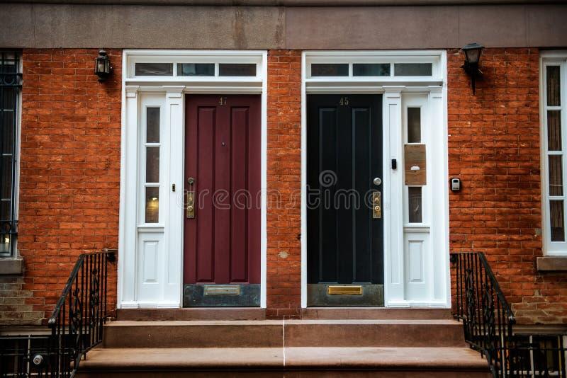 Front Door de uma casa de cidade Georgian bonita de Manhattan do inglês da era Entrada da construção de casas de New York City foto de stock royalty free