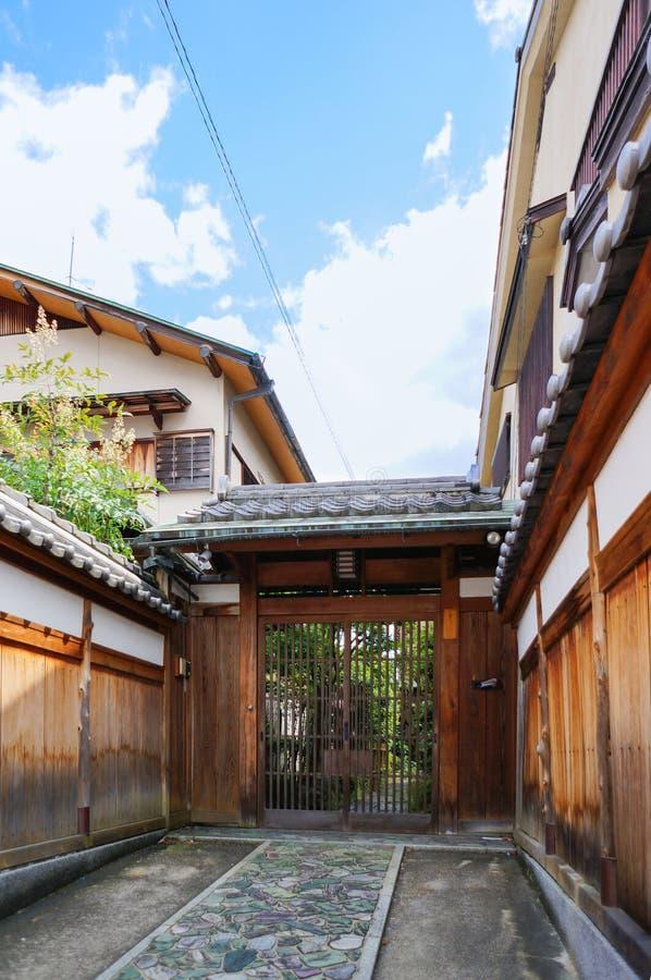 Front Door de una casa japonesa tradicional fotos de archivo