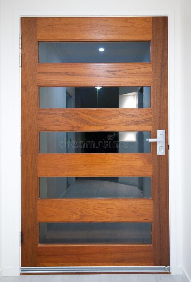Front Door di legno di casa moderno immagine stock
