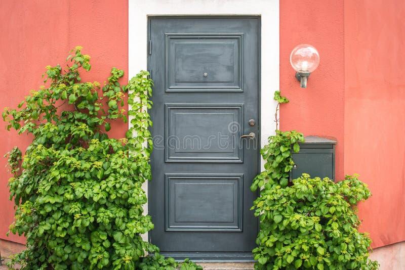 Front Door en Portiek van een Zweeds Rijtjeshuis stock afbeeldingen