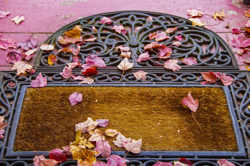 Front door mat with colorful fall leaves - focus on foreground photo libre de droits