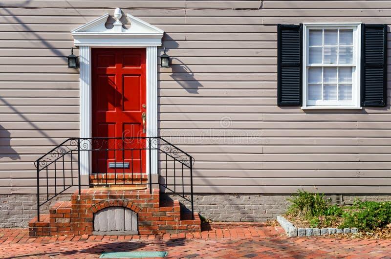 Front Door vermelho de uma casa de madeira tradicional imagens de stock