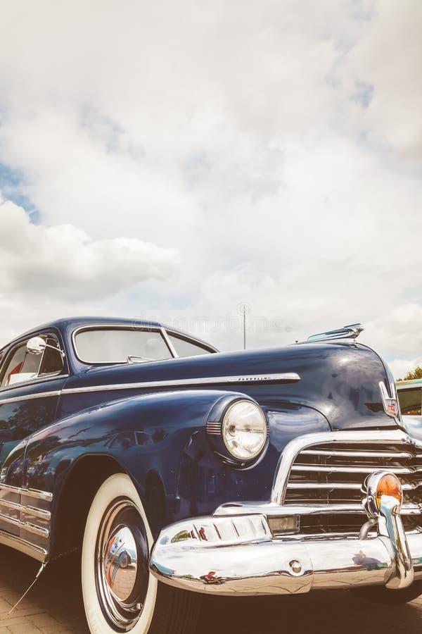 Front eines blauen Autos Chevrolets Fleetline der Fünfziger Jahre stockfotografie