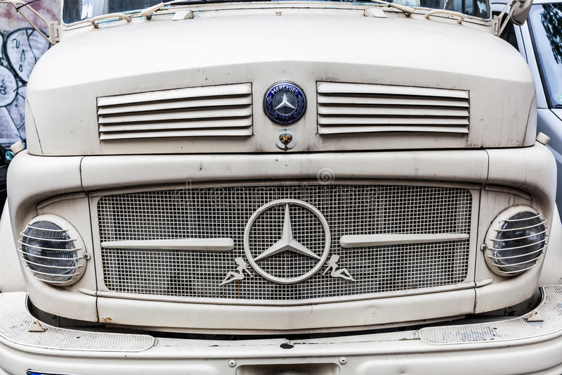 Front eines klassischen Mercedes Benz-LKWs lizenzfreie stockbilder