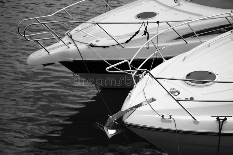 Front End dell'due barche attraccate fotografie stock