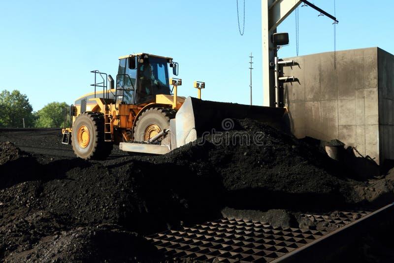 Front End Loader Moving Piles van Steenkool royalty-vrije stock afbeelding