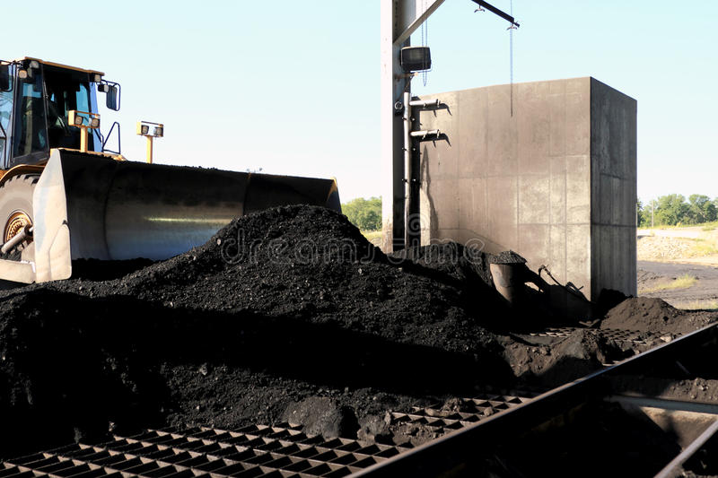 Front End Loader Pushing Coal in Pulverizer royalty-vrije stock foto