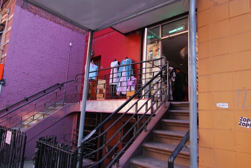 Front Entrance av en sparsamhet shoppar i New York City fotografering för bildbyråer