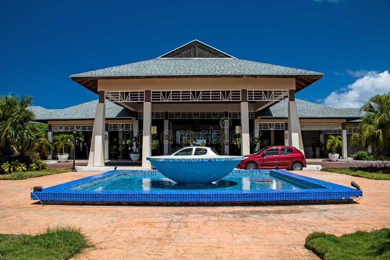 Front Entrance To The Melia Jardines Del Rey In Cayo Coco, Kuba royaltyfri bild