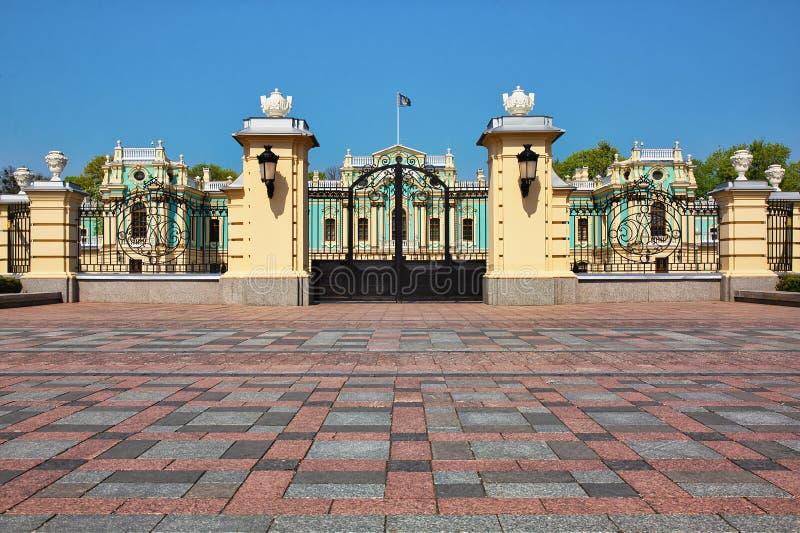 Front gate till Mariinskij-palatset i Kiev, Ukraina arkivfoto
