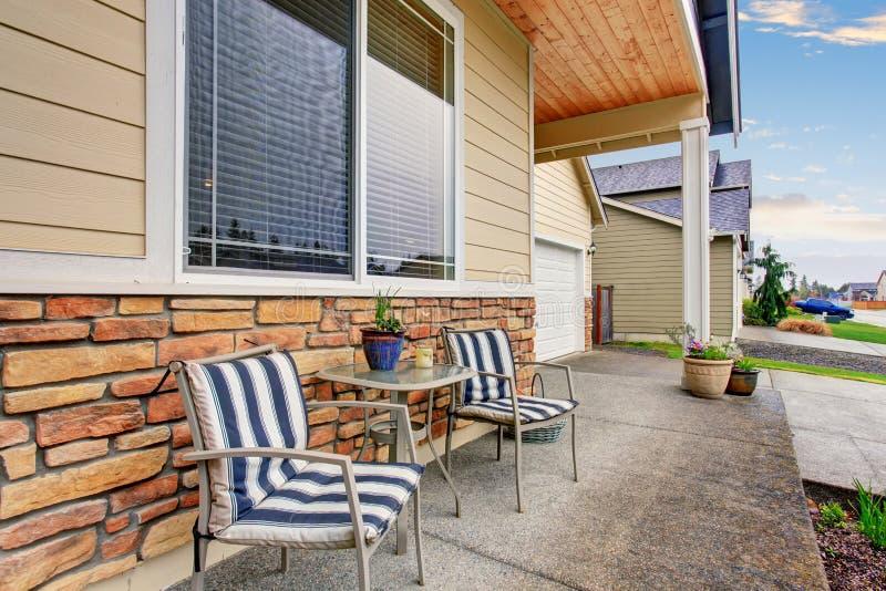 Front Porch con el arreglo que se sienta en hogar de madera clásico imagen de archivo