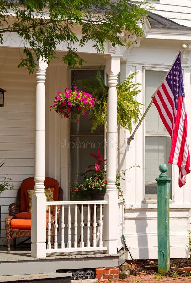 Front Porch con la bandiera degli Stati Uniti fotografia stock