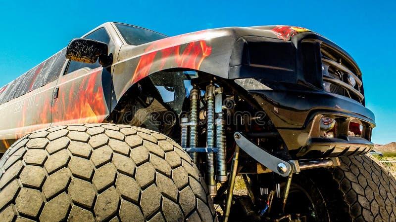 Front Quarter de um monster truck esticado imagens de stock royalty free