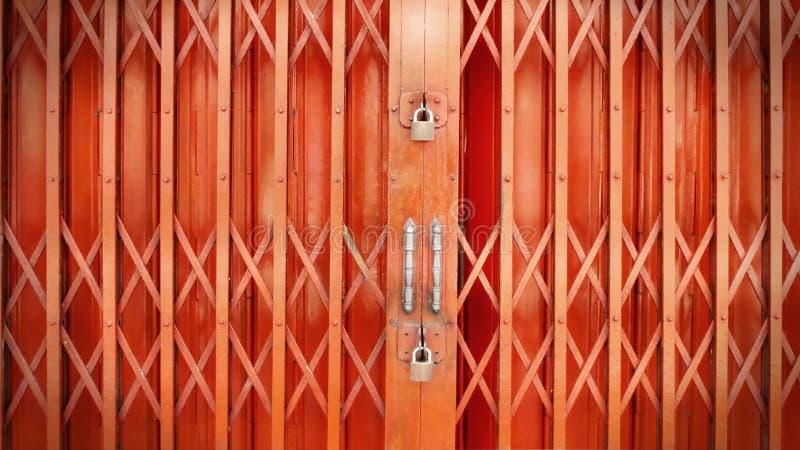 Front Retro-Style Orange Extensible Door solidement verrouillé avec de doubles serrures photo stock
