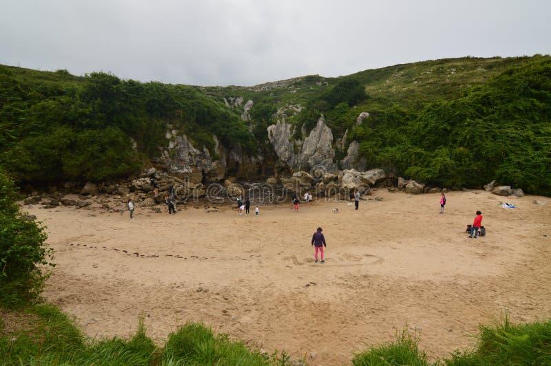 Front Shot Of The Beach hermoso de Gulpiyuri en el consejo de Llanes Naturaleza, viaje, paisajes, playas fotografía de archivo libre de regalías