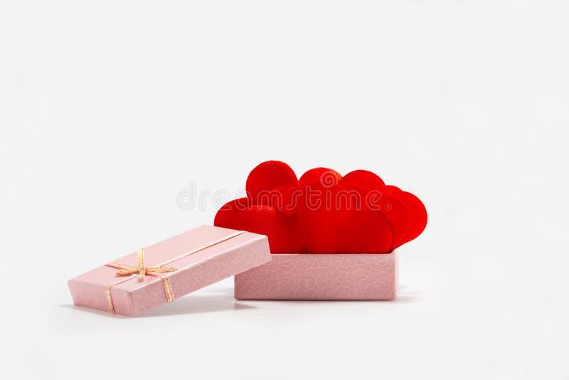 Front View av röda hjärtor i en rosa gåvaask bakgrund isolerad white arkivfoto