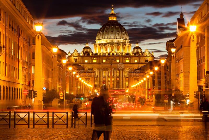Front View av Sts Peter basilika vid natten, Vaticanen arkivbild
