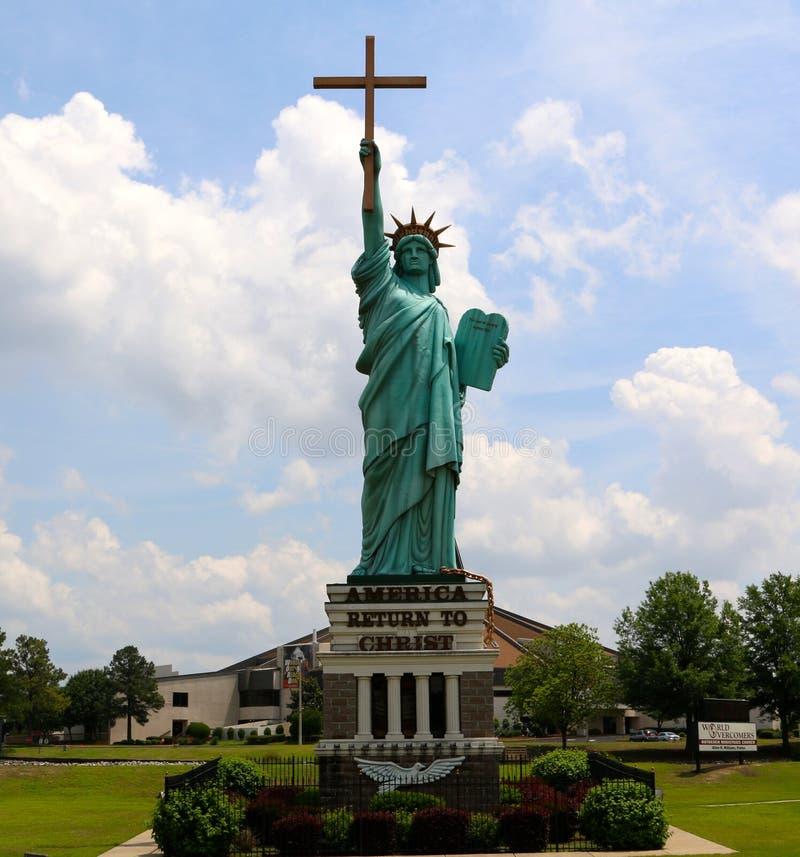 Front View av världen Overcomers överstiger departement kyrktar statyn av frihet royaltyfria bilder