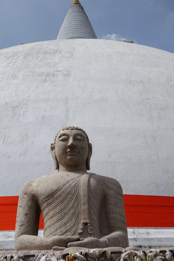 Front View de Buda en Stupa con la cinta roja imagen de archivo