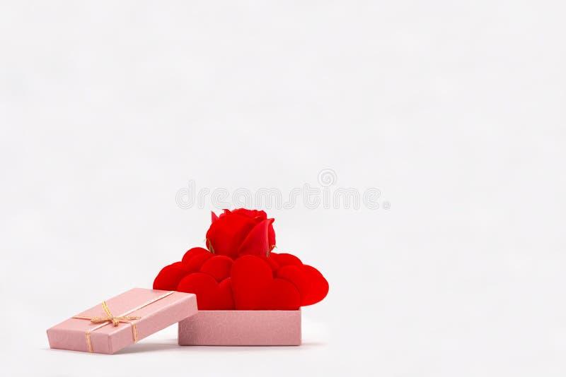 Front View de Rose et des coeurs rouges dans le boîte-cadeau rose D'isolement Rose rouge photos stock