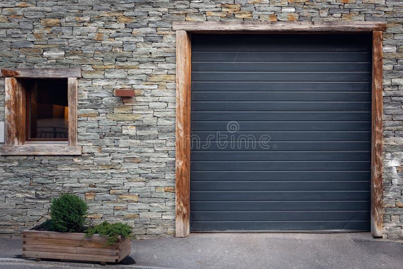 Front View der Fensterladen-Tür und des Fensters mit Fliesen-Stein-Hintergrund, antike Architektur der Eingangs-privaten Tür stockfoto