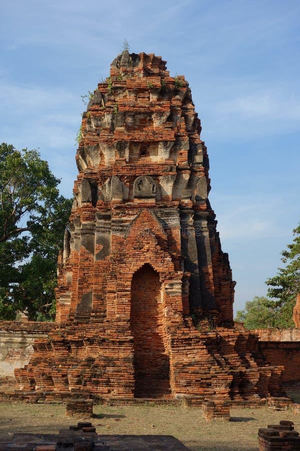 Front View do templo arruina a torre em Ayutthaya Tailândia fotos de stock
