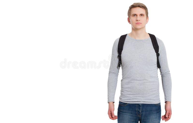 Front View Jeune homme utilisant le longs T-shirt vide et le sac à dos de douille d'isolement sur le fond blanc Copiez l'espace V photographie stock libre de droits