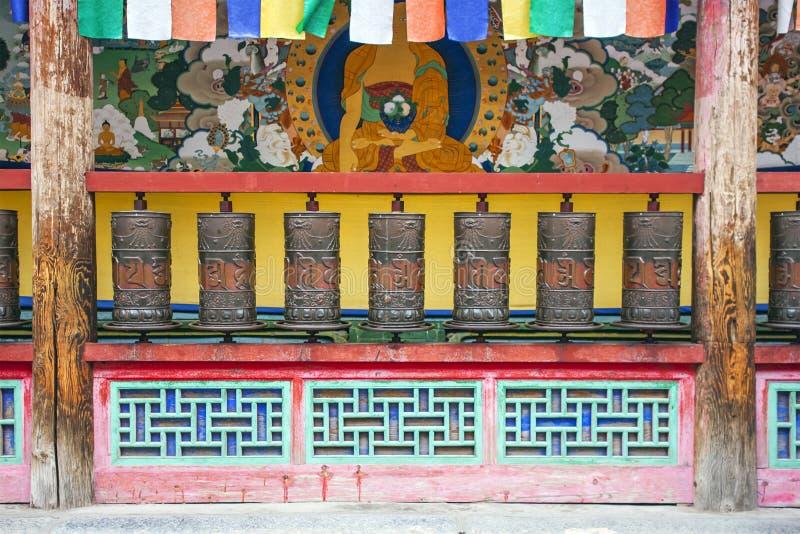 Front View Of Metal Praying-Zylinder in einem buddhistischen Tempel stockbilder