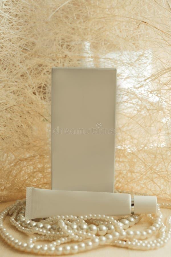 Front View pacote e creme colocados na colar luxuosa ha da pérola fotos de stock royalty free