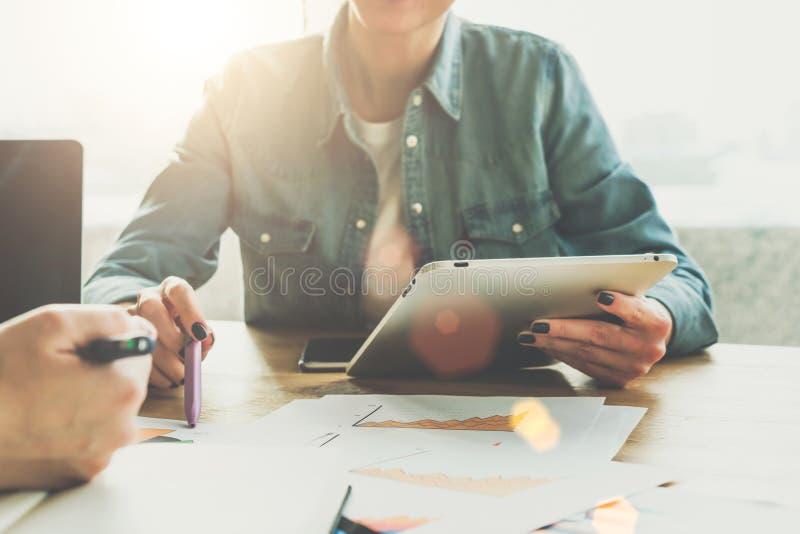 Front View Reunião de negócio Close-up do tablet pc na mão fêmea Mulher de negócios que mostra a pena em cartas na tabela imagem de stock royalty free