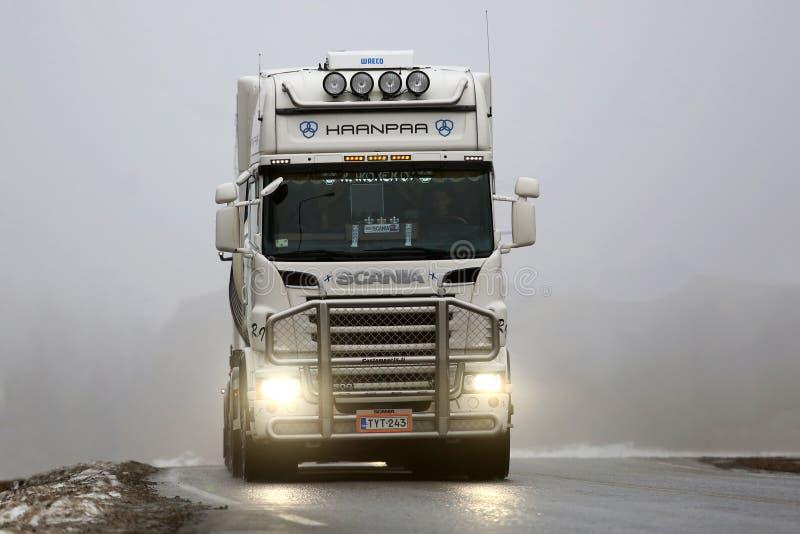 Front View van Witte Scania-Vrachtwagen in Mist royalty-vrije stock foto's
