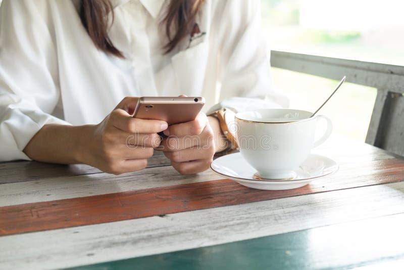 Front View vrouw die mobiele telefoon spelen terwijl een onderbreking in mor neem royalty-vrije stock afbeeldingen
