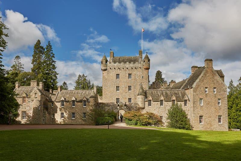 Front von Cawdor-Schloss mit Drehkopf und Zugbrücke mit Glocke und Hirsch-Hauptschnalle ist Mindfull-Emblem Das Schloss bekannt lizenzfreie stockfotos