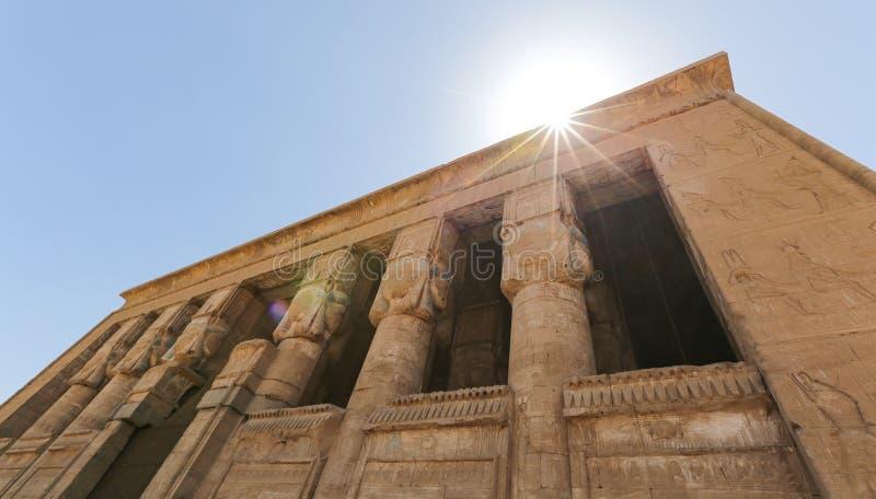Front von Denderah-Tempel in Qena, Ägypten stockbilder