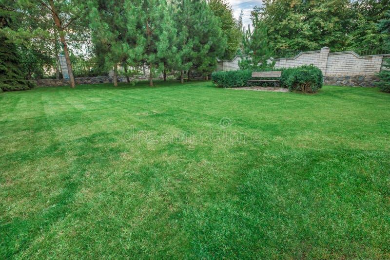 Front Yard Landscaping A manicured prachtig voorwerf met een tuinhoogtepunt van perennials en jaarboek stock foto
